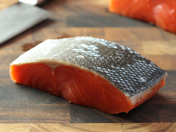 chia cá hồi nauy thành miếng dày 2 cm