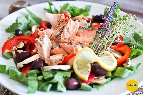 Có thể hấp cá hồi Nauy làm salad